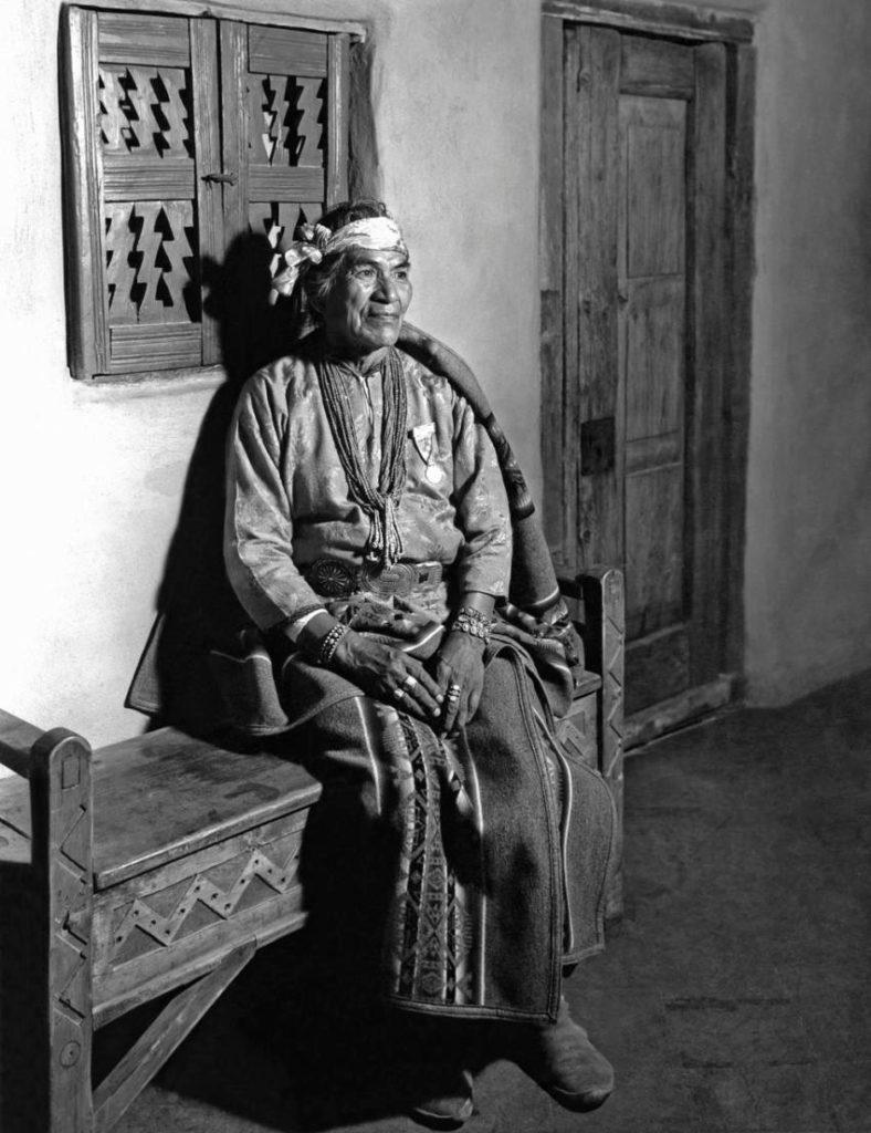 Hastiin Klah en la Exposición Internacional Century of Progress Chicago 1934 cortesía del Museo Wheelwright del Indio Americano